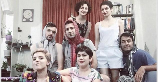 İranlı kişilər qadınları dəstəkləmək üçün hicaba bürünürlər