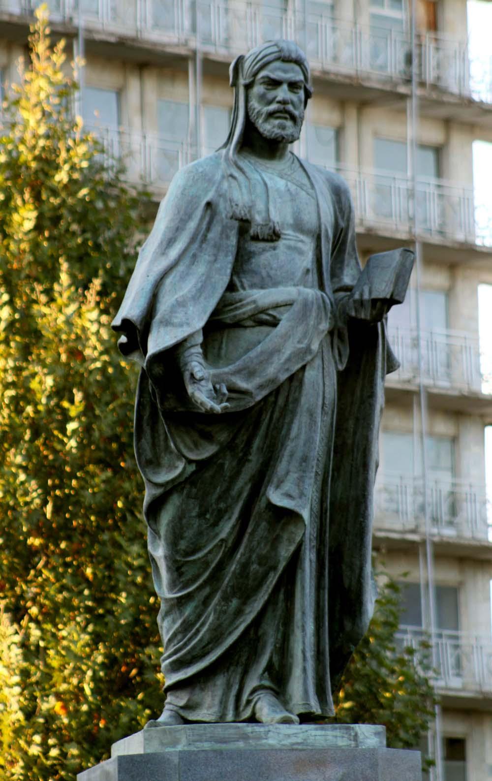 Nizami Gəncəvinin Gəncə şəhərində 1946-cı ildə (heykəltəraş:Fuad Əbdürrəhmanov) ucaldılmış heykəli.