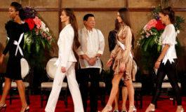 Filippin prezidenti Kainat Gözəlləri qarşısında həyəcanlandığını gizlətmədi