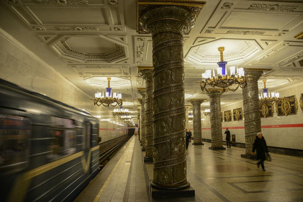 Sankt-Peterburq metrosunun Avtovo stansiyası, Rusiya.