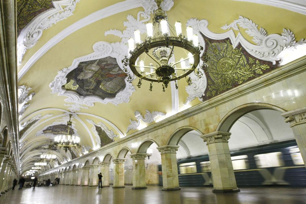 Moskva metropoliteninin Komsomolskaya stansiyası, Rusiya.