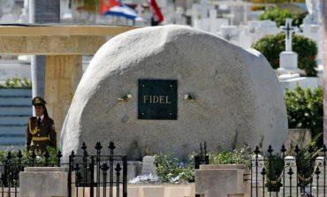 Fidel Castro'nun təvəzökar məzarına ziyarətçi axını