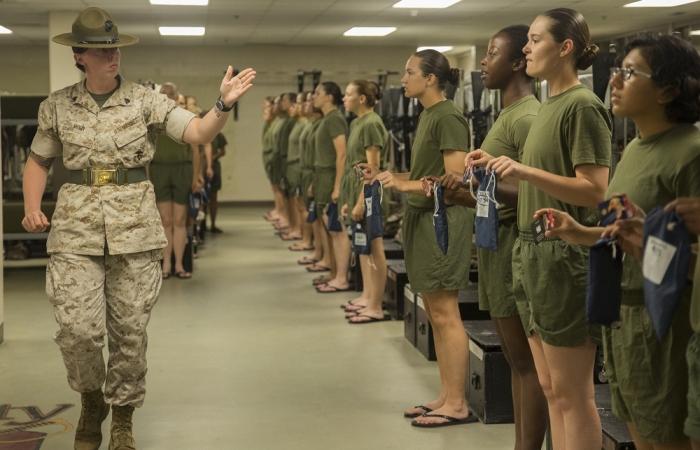 ABŞ ordusunda çılpaq qadın əsgərlər qalmaqalı